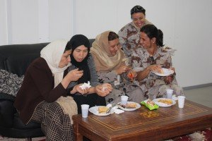 Militares españolas junto a mujeres afganas. Fotos: Ministerio de Defensa