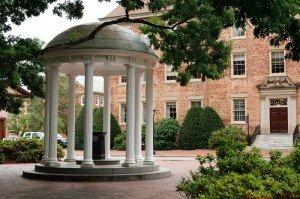 Universidad de Carolina del Norte en Chapel Hill, una de las primeras mejores escuelas en ofrecer un programa MBA a tiempo completo totalmente a distancia.