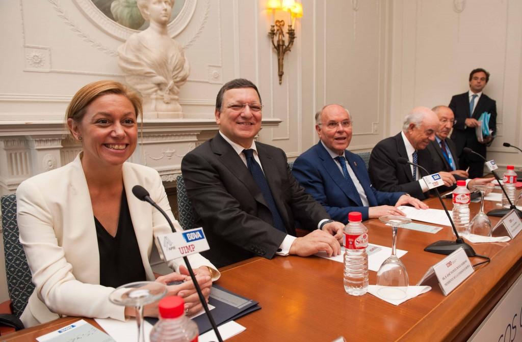 Curso APIE-UIMP. Plano general de la mesa de inauguración, en la que también intervino Cristina Mazas, Consejera de Economía del Gobierno de Cantabria.