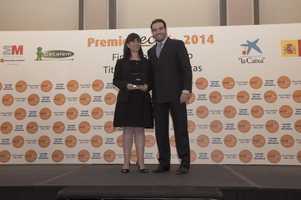 Javier Fuentes Merino, director general del Grupo Venta Proactiva, entregó el premio en nombre del jurado a la directora comercial de Nevir.