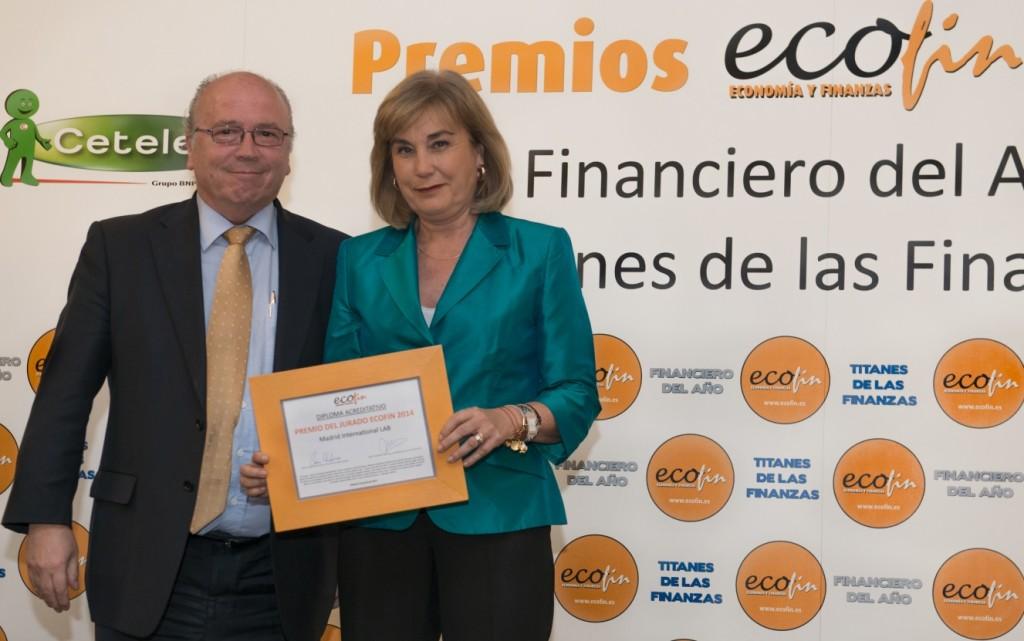 José Luis Cuena, miembro del Jurado ECOFIN, entregó el premio a Dolores Flores, coordinadora de Economía y Empleo del Ayuntamiento de Madrid.
