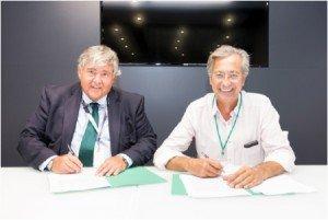 Javier de Ulacia (izqda.) y Jose Antonio Garvía (dcha), durante la firma el acuerdo de comercial de Cetelem España, Grupo BNP Paribas y Bultaco Motors S.L.
