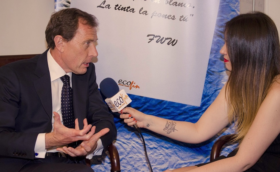 Emilio Butragueño recogió el Premio 'Titán de las Finanzas 2015' en nombre de la Fundación Real Madrid.