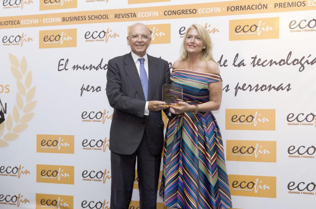 Mª José Pérez-Cejuela Revuelta, directora General de Comercio y Consumo, recibió el premio de manos de Manuel Gago, vicepresidente de CEDE.