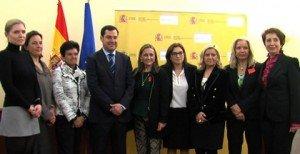 Juan Manuel Moreno, secretario de Estado de Asuntos Sociales, junto a las becadas, entre las que se encuentra Carmen M. García, fundadora de MADRID WOMAN'S WEEK.