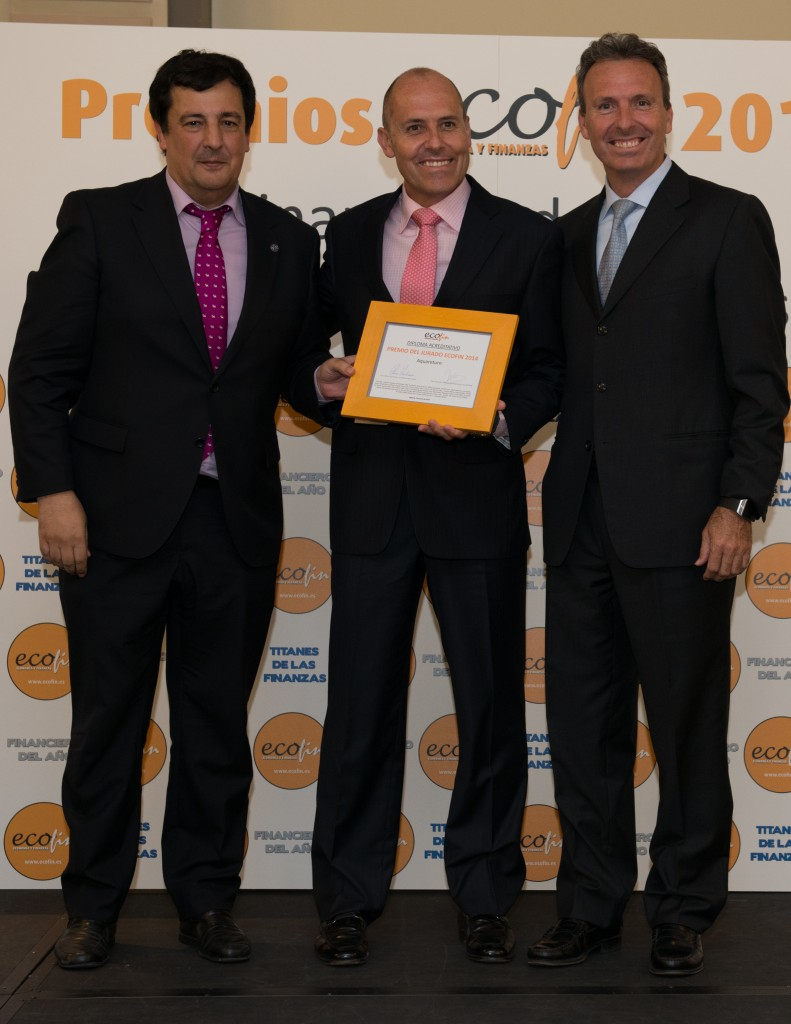 Antonio Alonso, presidente de la Asociación Española de Escuelas de Negocio (AEEN), entregó el premio en nombre del Jurado de ECOFIN a Alfonso y Miguel Cuervo-Arango, de Aquareturn. Fpotógrafo: Andrés Pulido