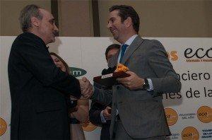 Iñigo Fernández de Mesa recibió un premio extraordinario por parte del Foro ECOFIN y de manos de su presidente Salvador Molina el 9 de junio de 2014