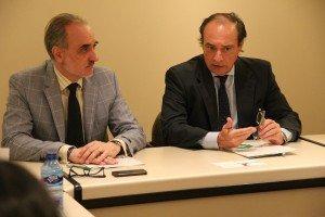 Salvador Molina, presidente de Foro ECOFIN y José Alberto González-Ruiz, secretario general de Cepyme, durante la firma del convenio.