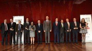 S.M. el Rey, el ministro de Hacienda, Cristóbal Montoro, y los presidente de CEOE y de CEPYME, con los premiados / Foto: Alfonso Esteban