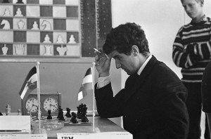 800px-Bruno_Parma_at_the_1965_IBM_international_chess_tournament,_thinking
