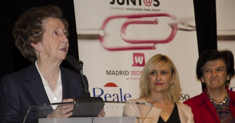 La científica Margarita Salas, junto a Carmen Mª García, presidenta de la Fundación Woman's Week, y Pilar Gómez-Acebo, en Madrid Woman's Week 2015