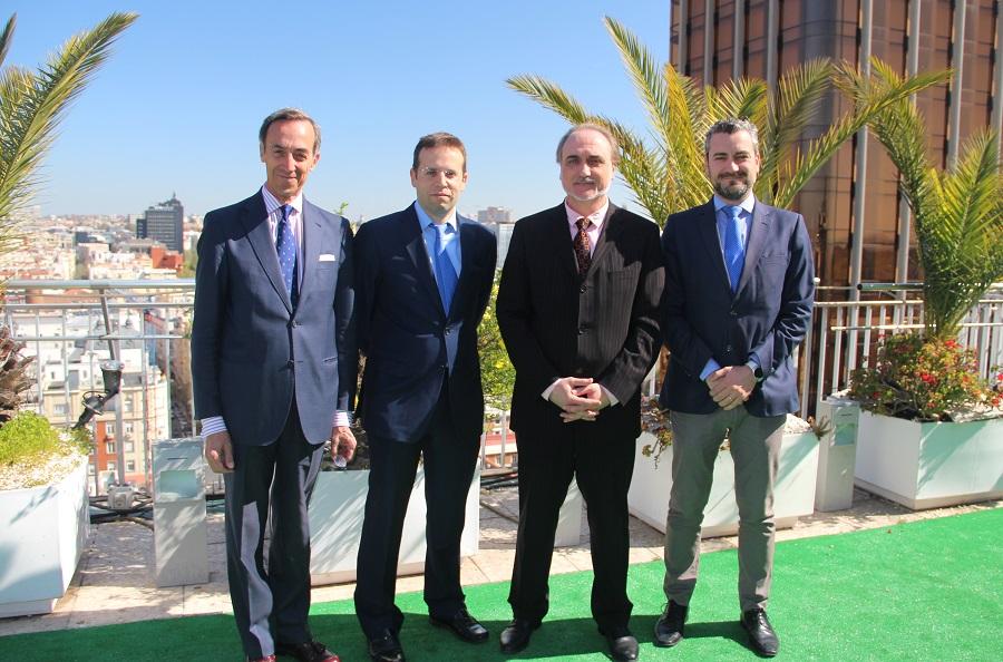 De izquierda a derecha: Ronald Bunzl, vicepresidente Foro ECOFIN; Jesús Pérez, presidente de AEFI; Salvador Molina, presidente Foro ECOFIN, y Rodrigo García de la Cruz, vicepresidente de AEFI.