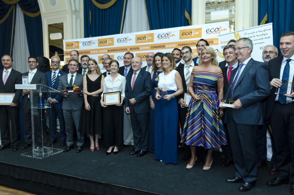 Foto de familia de los premiados durante 'La Noche de las Finanzas 2017.