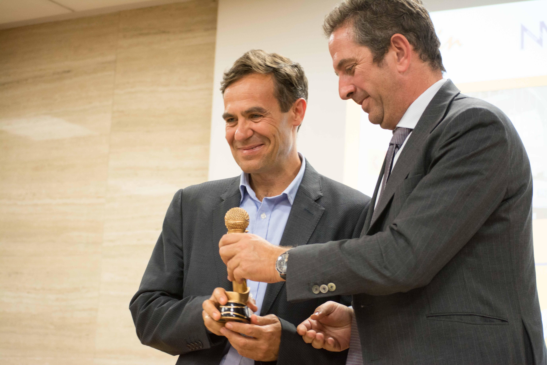 Pedro Díaz Yuste, recogiendo el 'Micro de Oro' de ECOFIN 2017.