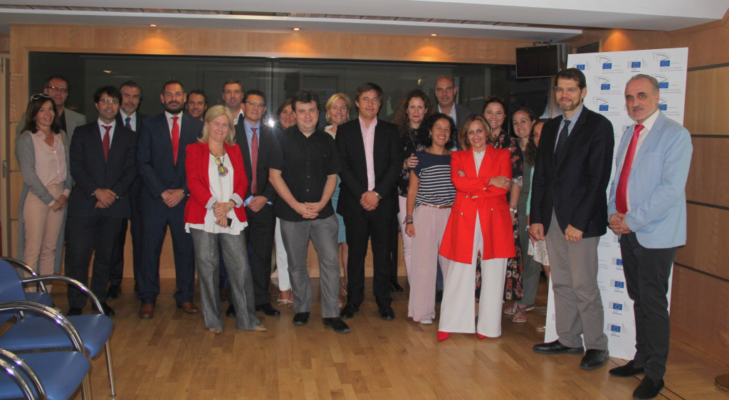 Foto de grupo de los representantes de empresas comprometidas con el desarrollo sostenible en la sede de la Comisión Europea.