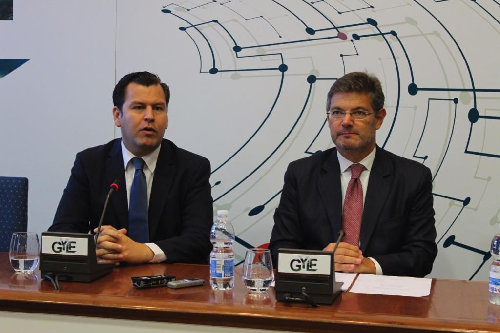 Rafael Catalá, ministro de justicia (derecha), acompañado de  Jacobo Pombo, presidente de GYLF.