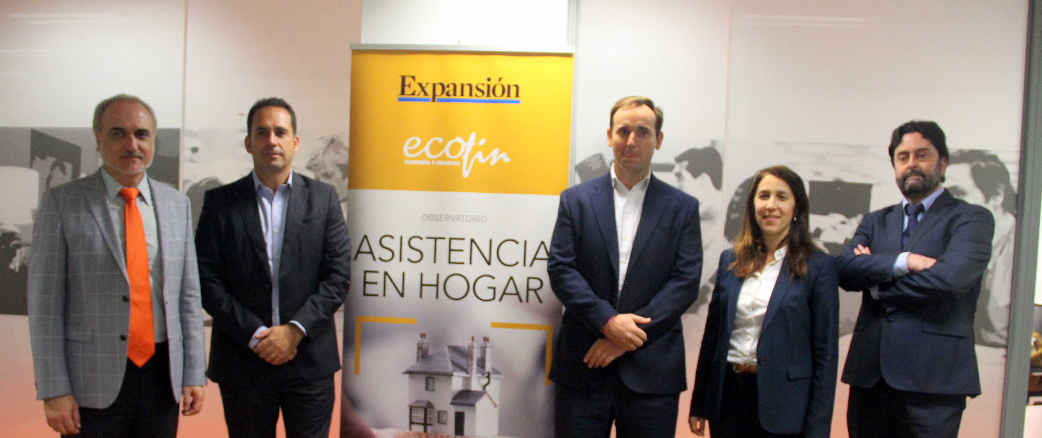 Salvador Molina, presidente de Foro ECOFIN; Borja Díaz, director General de Multiasistencia; Luis Vial, director de Negocio de HomeServe Asistencia; Maite Trujillo, directora Comercial y Marketing, de AXA Assistance; y Rafa Sierra, director de ADN del Seguro (de derecha a izquierda).