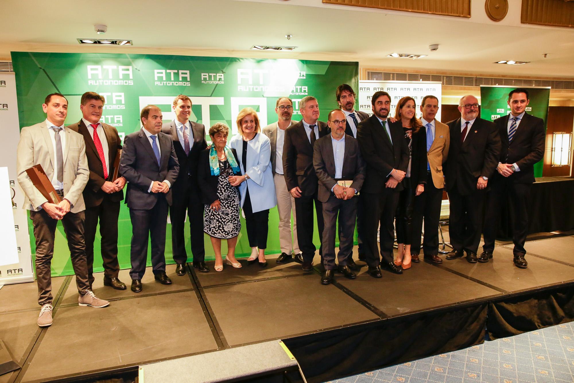 Foto de familia de los Premiados 2017, junto a Lorenzo Amor, presidente de ATA, y la ministra Fátima Báñez,