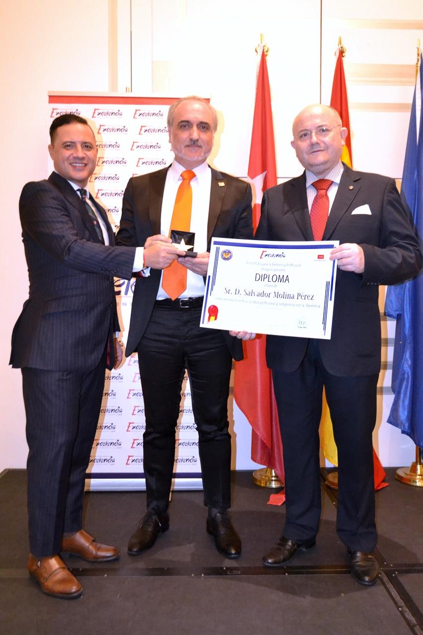 Salvoador Molina recoge La Estrella de Oro a la excelencia profesional.