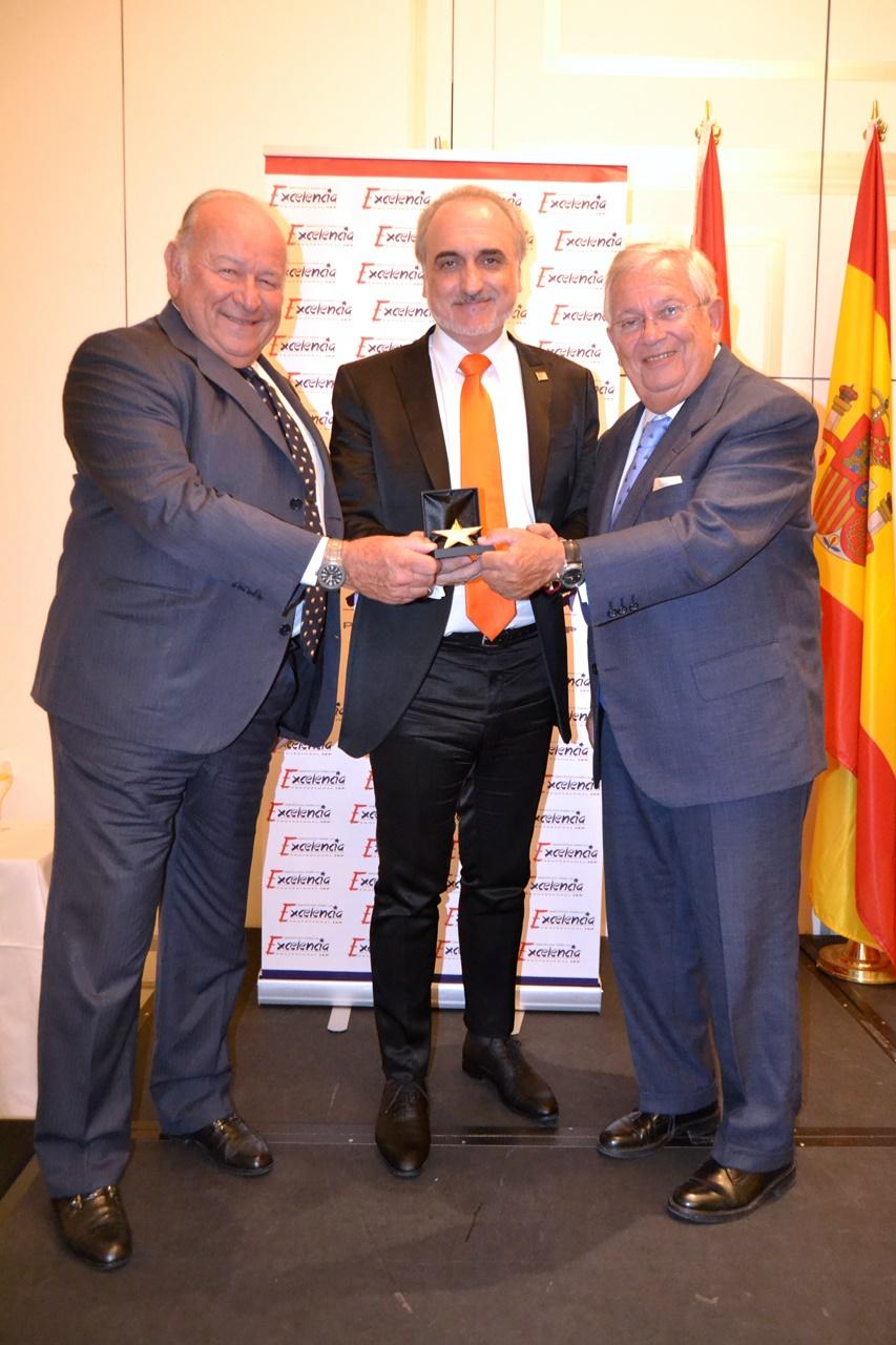 Álvaro Domecq, Salvador Molina, y Fernando Jáuregui posan con 'La Estrellad de Oro'.