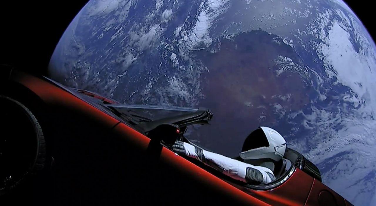 Deportivo Tesla orbitando