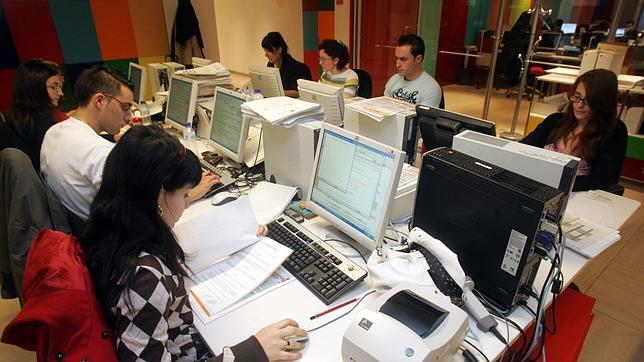 La imagen muestra un ambiente de trabajo habitual que puede representar cualquier departamento de una empresa, en el que la disposición de herramientas informáticas es la clave para la velocidad operativa y la precisión de cada una de las acciones que el personal realice en función de su tarea y responsabilidad.