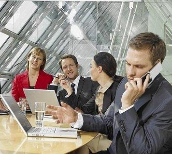 La imagen muestra un momento cualquiera del trabajo de un equipo y/o departamento en el que las buenas relaciones interpersonales son fundamentales para la eficacia individual y de grupo.