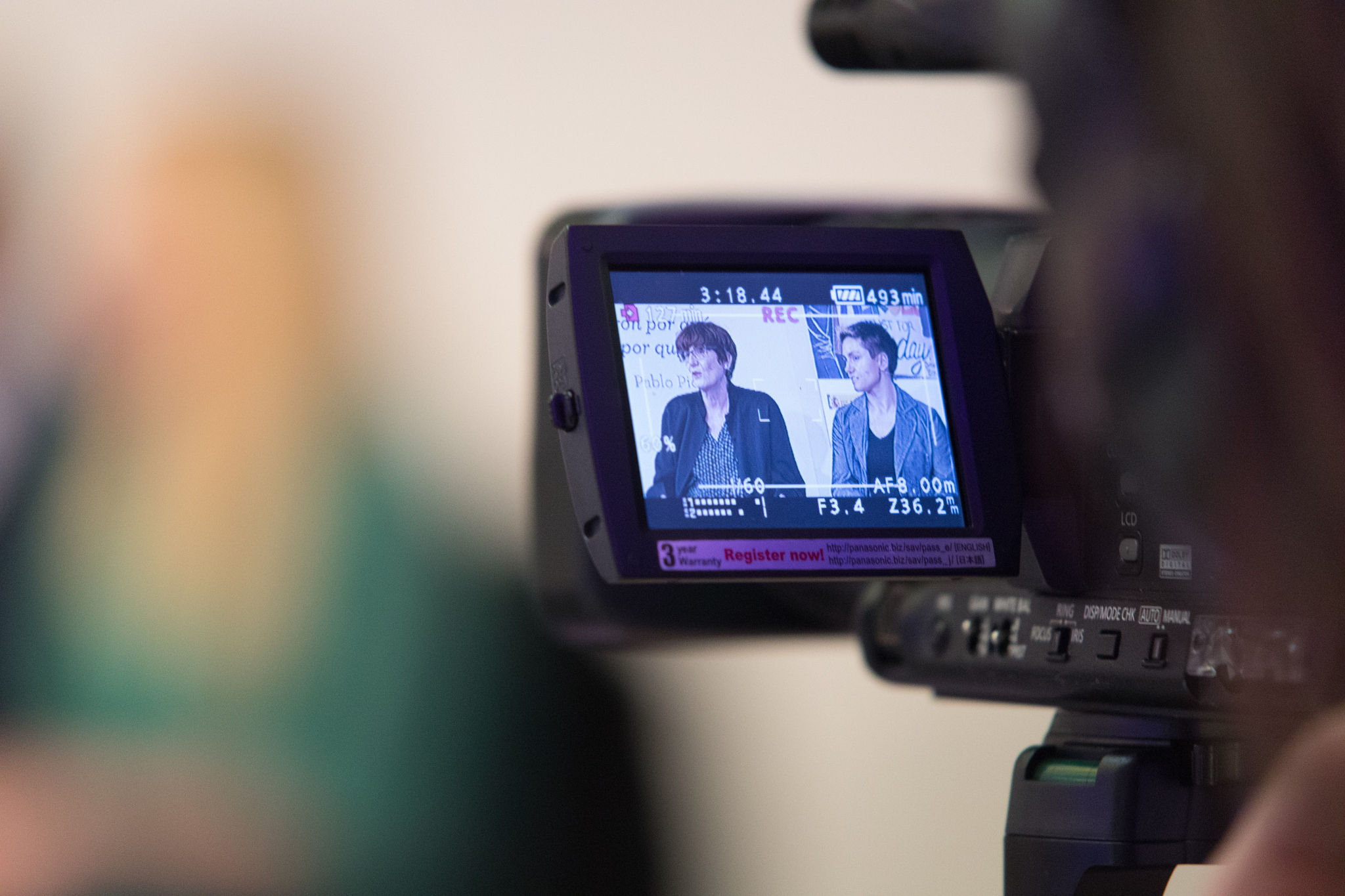 """Una cámara grabando la mesa """"Mujer y Diversidad Sexual: Retos Actuales de la Población LGTBI en España"""" durante MWW2018"""