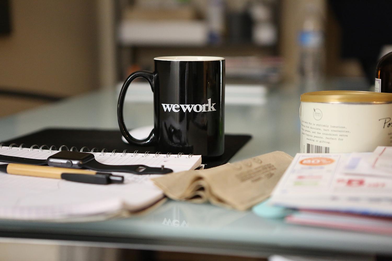 Café en la mesa de la oficina