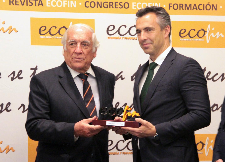 De derecha a izquierda: Carlos Espinosa de los Monteros, Alto Comisionado para la Marca España; entrega el galardón Marca Institucional a Carlos Novillo.