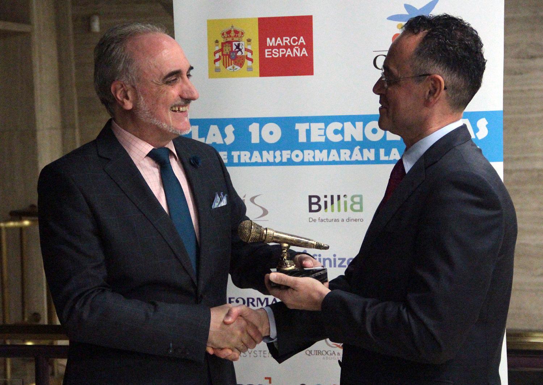 Pedro Baños recogiendo el 'Micro de Oro' de manos de Salvador Molina, presidente del Foro ECOFIN.