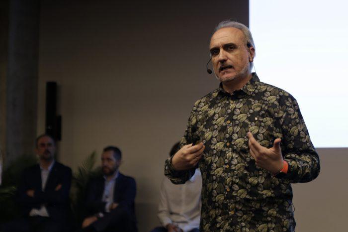 Salvador Molina, presidente de Foro Ecofin, hablando sobre la revolución de los chatbots. Fotografía: Daniel Gómez Pérez.