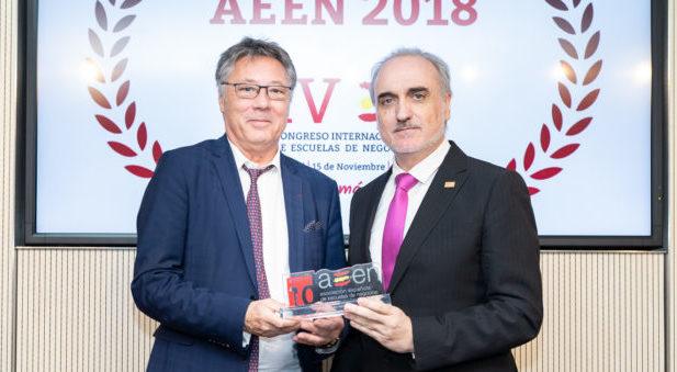 Jean Michel Nicolle, presidente de la European Union of Private Higher Education (EUPHE), entraga el Premio al fomento de la formación de Postgrado y Directivos AEEN 2018 a Salvador Molina, presidente de Foro Ecofin.