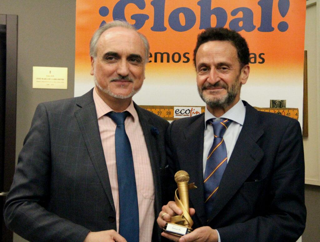 El presidente del Foro ECOFIN, Salvador Molina (derecha) entrega el 'Micro de Oro' del Congreso ECOFIN 2018 al diputado Edmundo Bal. / Fotografía: Salvador Carnicero.