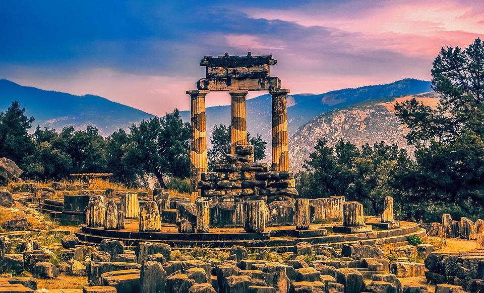 Tholos, en el oráculo de Delfos, una acrópolis consagrada al dios Apolo en Delfos (Grecia).